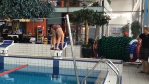 Ce nageur nage à l'envers dans une piscine