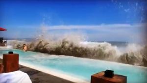 Des vagues géantes noient une piscine et des touristes à Bali