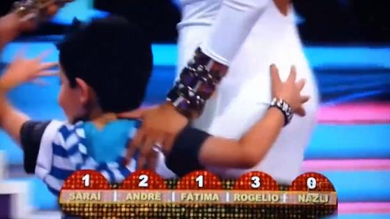 Un enfant touche les fesses d'une présentatrice pendant qu'il dansait avec elle