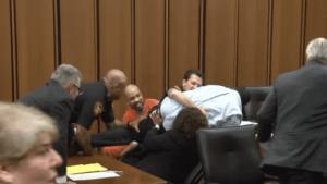 Un père saute à la gorge du meurtrier de sa fille en plein Tribunal
