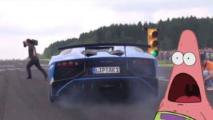 Une Lamborghini Aventador à deux doigts de faucher un caméraman