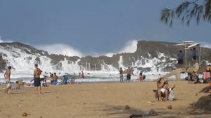 Vagues géantes dans une plage fermée à Porto Rico envahissent la plage