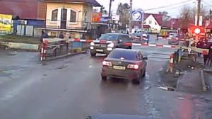 Coincé sur une voie ferrée, ce conducteur panique et risque sa vie !