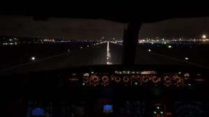 Décollage d'un avion au-dessus des feux d'artifice du nouvel an !