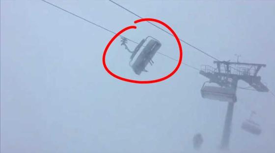 Des skieurs coincés dans un télésiège en pleine tempête Eleanor