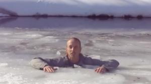 Il nous montre comment s'en sortir quand on est tombé à travers la glace