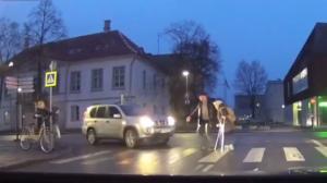 Il quitte sa voiture pour aider une mamie à traverser mais oublie de mettre le frein à main