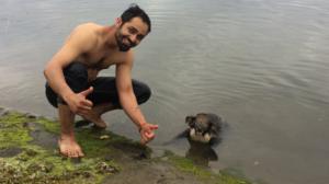 Il va sauver ce pauvre koala sur le point de se noyer