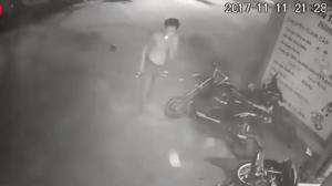 Un motard se crashe violemment et continue de fumer sa clope !
