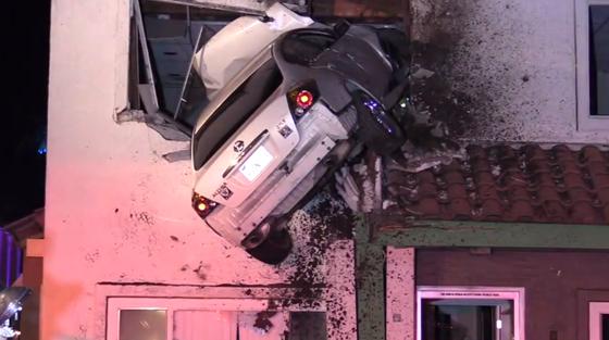 Une voiture s'encastre au premier étage d'un immeuble