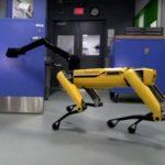 Ce robot en appelle un autre pour ouvrir la porte. Effrayant !