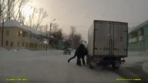 Il sort de son camion pour sebattremais oublie le frein à main