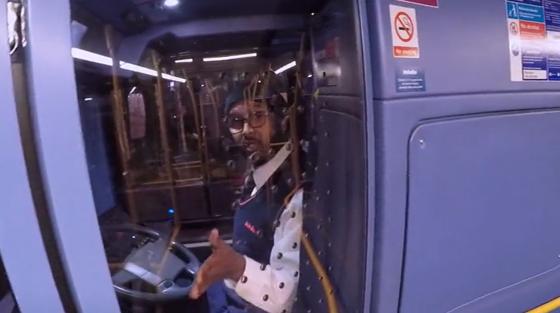 Un motard piégé par un chauffeur de bus