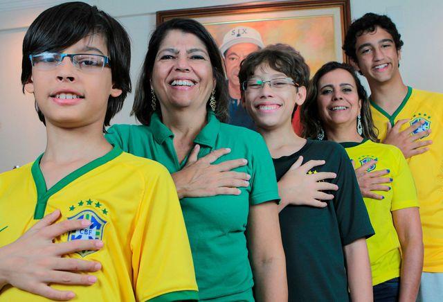 Les membres de la famille da Silva posent fièrement en montrant leurs mains composées de six doigts.