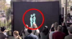 2 personnes s'embrassent derrière un écran, Quand elles sortent le public est stupéfait