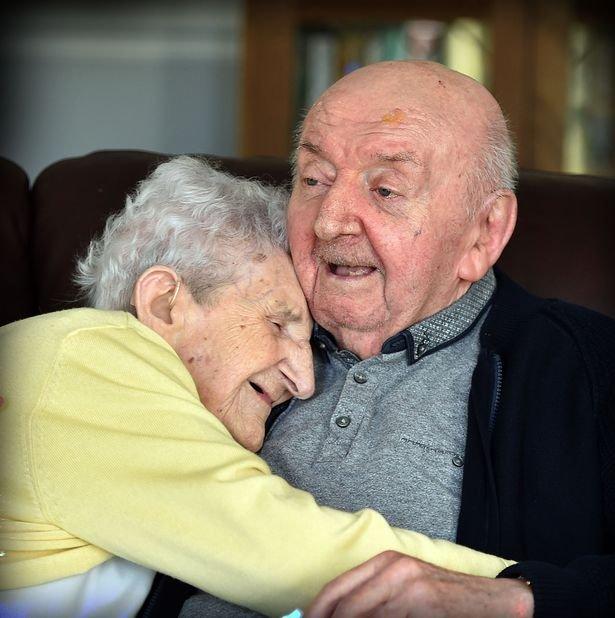 Mère de 98 ans et son fils de 80 ans