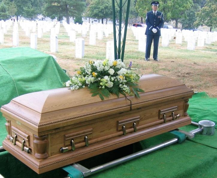 Un mari demande à son épouse d'être enterré avec tout son argent, mais ce que sa femme a fait est beaucoup mieux