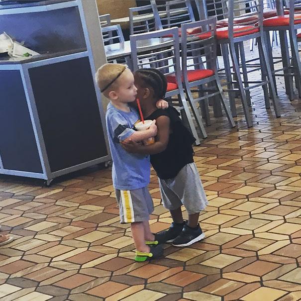 Deux enfants se serrent dans les bras même s'ils ne se connaissent pas