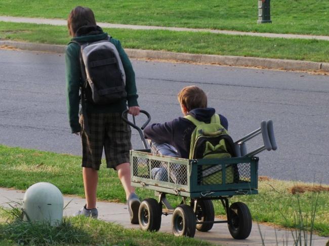 Un garçon qui aide son ami
