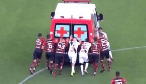 Ces footballeurs poussent une ambulance tombée en panne sur le terrain
