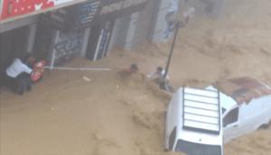 Cet homme piégé dans les inondations sauvé miraculeusement