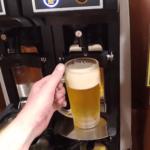 Machine qui sert de la bière en libre service dans un restaurant