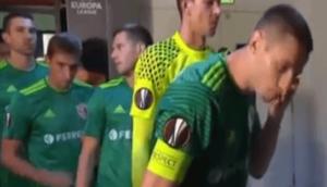 Un footballeur se lave le visage avec son crachat