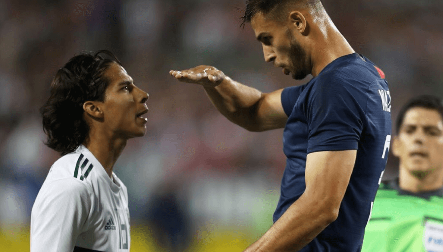 Un joueur américain se moque de la taille de son adversaire mexicain en plein match