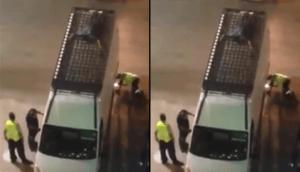 Un migrant tente de passer dans un ferry en se cachant sur le toit d'un mini-bus