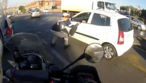 Un motard fonce sur un voleur pour récupérer le sac de la victime
