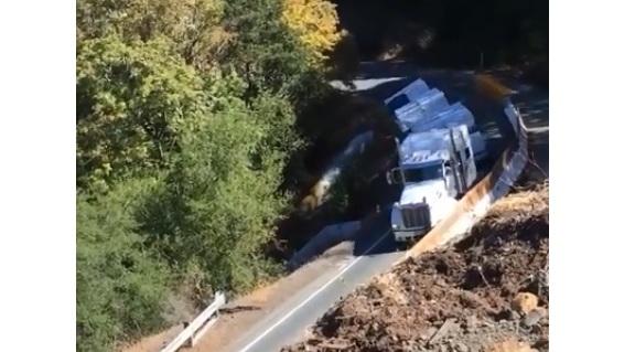 Ce camion remorque a un gros problème lors d'une descente