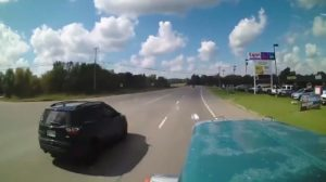 Il double un camion pour tourner à droite devant lui. Grosse erreur !