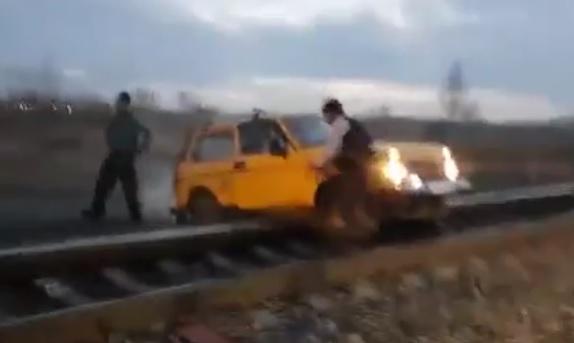 Ils bloquent leur voiture sur la voie ferrée au moment où un train arrive