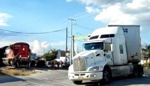 Un chauffeur de camion ignore les klaxons d'un train et s'engage sur un passage à niveau