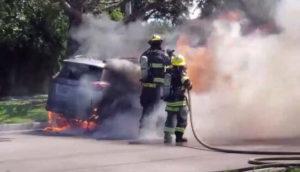 Un gros retour de flammes contre ce pompier en train d'éteindre une voiture en feu