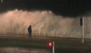Un homme se fait emporter par une vague à Nice