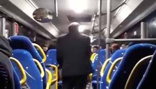 Un nouveau chauffeur de bus recadre des jeunes qui lui ont manqué de respect