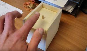 Cette boite contient une surprise qui va terrifier celui qui l'ouvre
