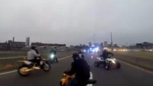 Encerclés par la police, des jeunes motards tentent de fuir !