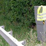 Les gilets jaunes fleurissent sur les radars fixes en France