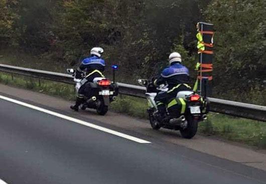 Patrouille de police constatant la pose de gilets jaunes