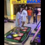 2 jeunes filles ont un accident gênant en s'amusant sur un jeu de danse ! Grosse honte