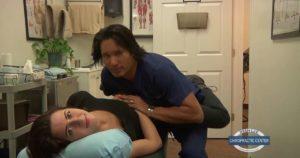Ce médecin chiropracteur fait craquer les jolies filles... littéralement