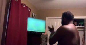 Il éclate la TV d'un seul coup de poing après la défaite de son équipe de Foot !