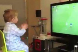 Quand un petit garçon passionné du football s'enflamme après un but