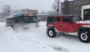 Un bus reste bloqué dans la neige et des voitures viennent l'aider à Montréal