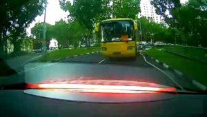 Un bus va avoir un gros soucis après un gros coup de frein