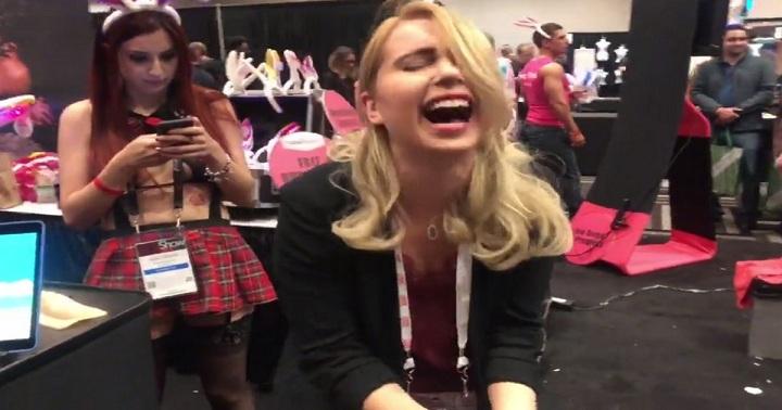 VIDÉO : Elle se fait jouir en testant un vibro en plein public