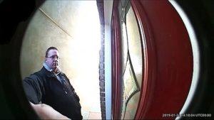 VIDÉO : Fiente d'oiseau sur la tête devant la porte