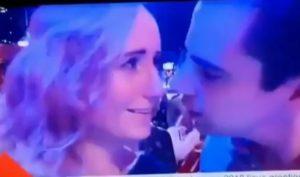 VIDÉO Il veut embrasser son amie en direct à la télévision mais se fait refuser